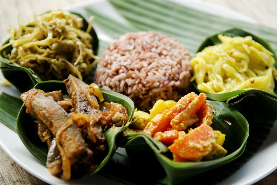 Indonesie Bali traditional food curry with brown rice eten