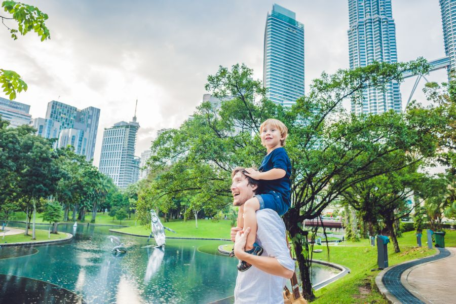 Maleisie Petronas Twin Towers achtergrond vader en zoon toeristen familie