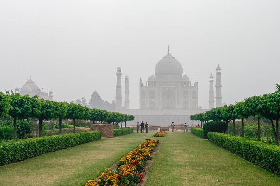 India Agra Taj Mahal in de mist vanuit Mehtab Bagh of The Moonlight Garden