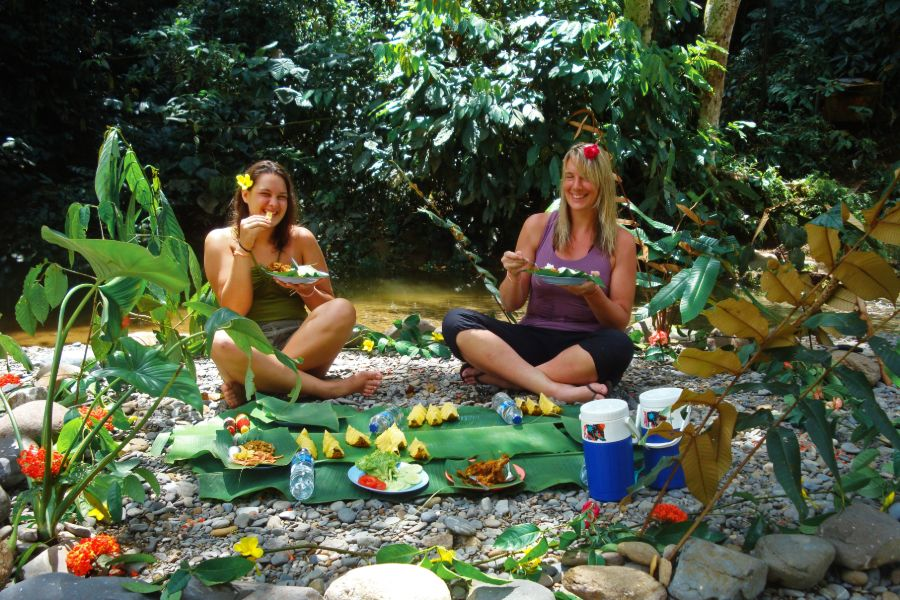 Indonesie Sumatra Tangkahan jungle trekking met olifanten wassen lunch picknick